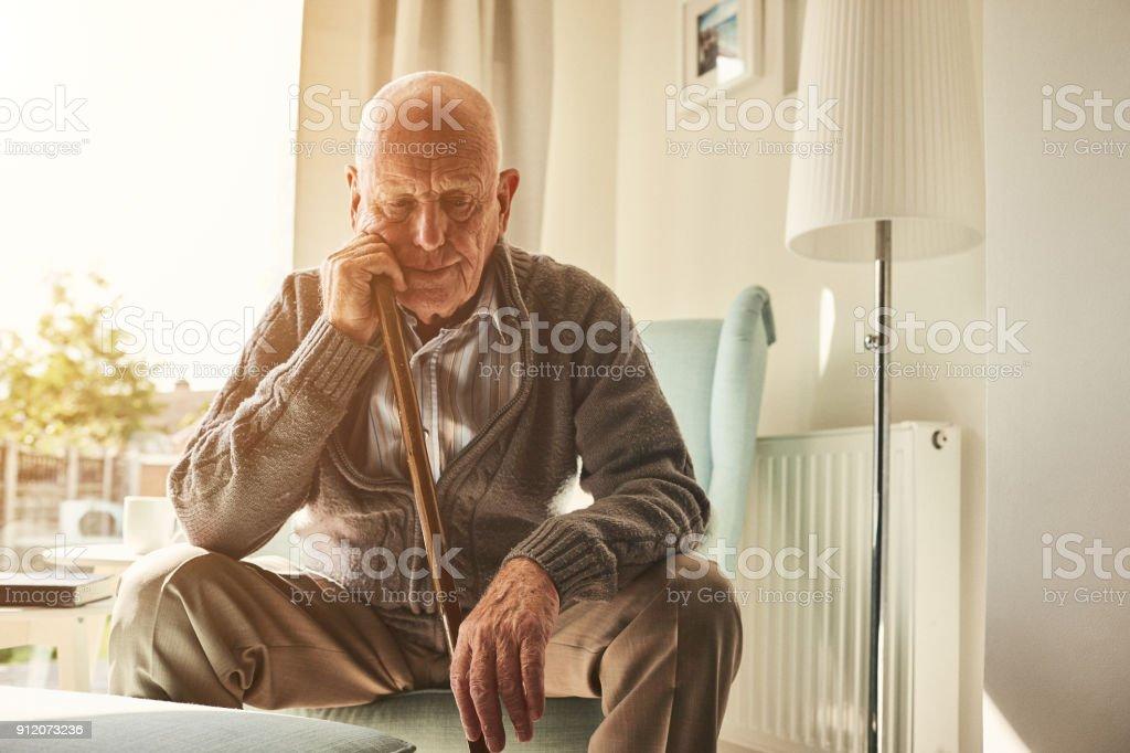 Senior Mann sitzt allein zu Hause – Foto
