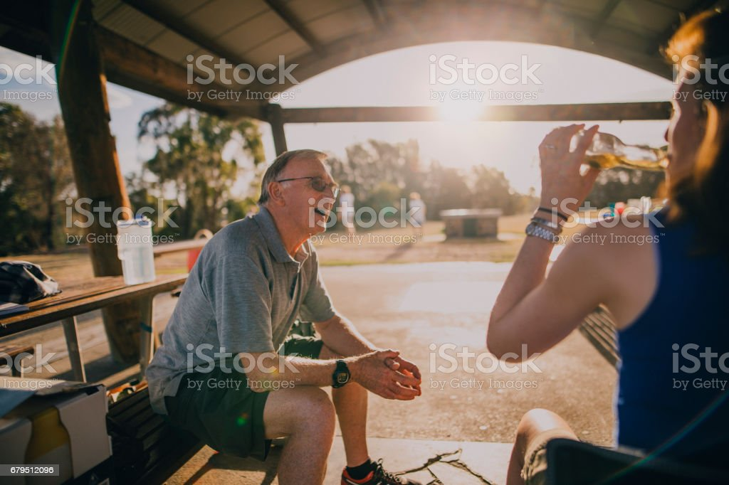 Senior Man Sitting at a Picnic Bench in the Park - foto de stock