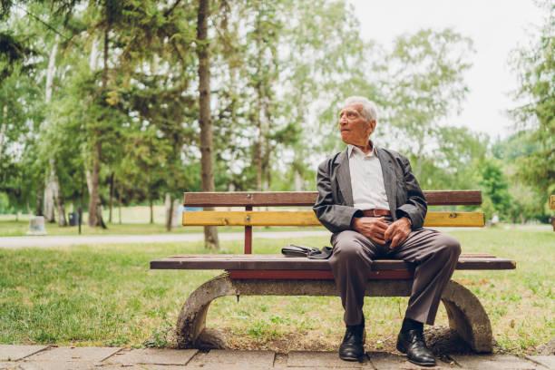 Viejo Hombre Sentado Solo En Banco Del Parque Con árboles - Banco de fotos  e imágenes de stock - iStock