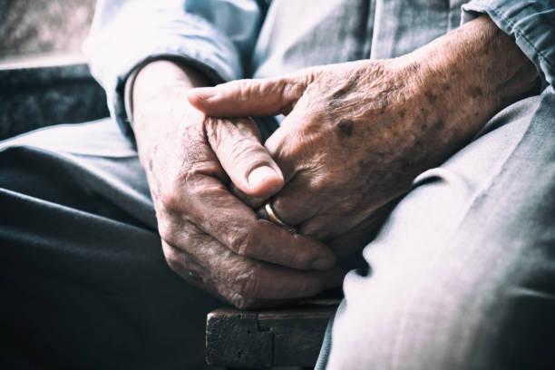 Ältere Mann sitzen auf Stuhl und cross-Arme – Foto