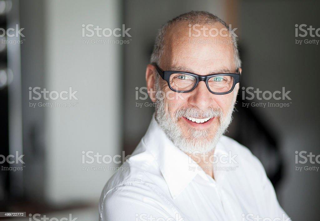 Älterer Mann lächelnd in die Kamera - Lizenzfrei 2015 Stock-Foto