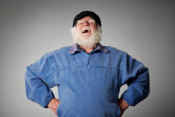 Senior Mann stehend vor grauem Hintergrund Lachen – Foto