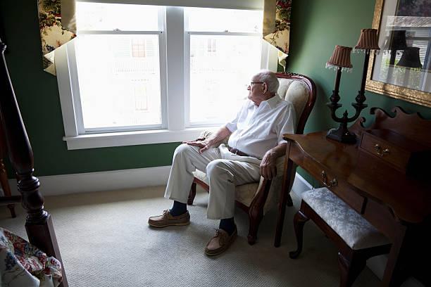 idoso olhos abertos para fora de uma janela - old men window imagens e fotografias de stock