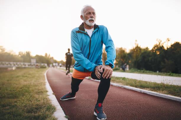 komuta sizde bir koşu parkuru koşu sırasında germe - sağlıklı yaşlılar stok fotoğraflar ve resimler