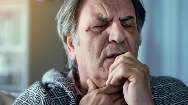 Senior-Mann leidet unter Erkältung – Foto