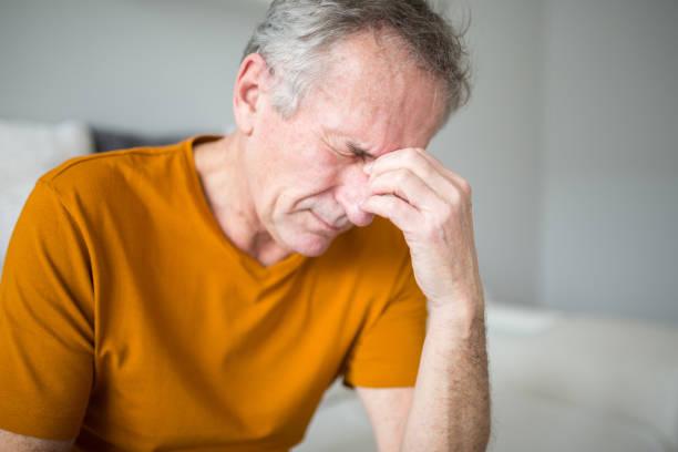 senior man lijdt aan migraine - bijholte stockfoto's en -beelden