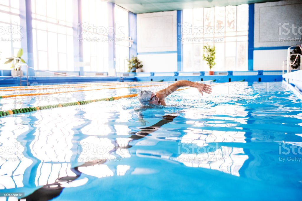Senior woman Schwimmen im Hallenbad. – Foto