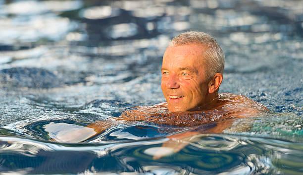 Senior Mann Schwimmen – Foto