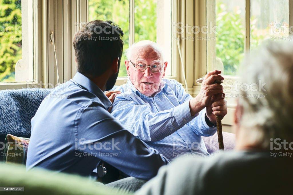 Ältere Mann im Gespräch mit Gesundheit Besucher – Foto