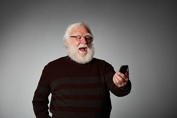 Alter Mann mit Handy Lachen – Foto