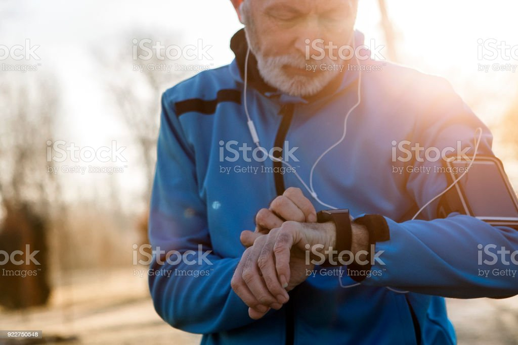 Senior homem usando relógio inteligente medir a frequência cardíaca - foto de acervo