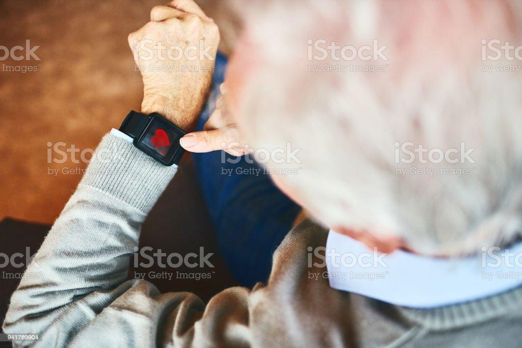 Senior woman mit Smartwatch mit Fitness-app – Foto