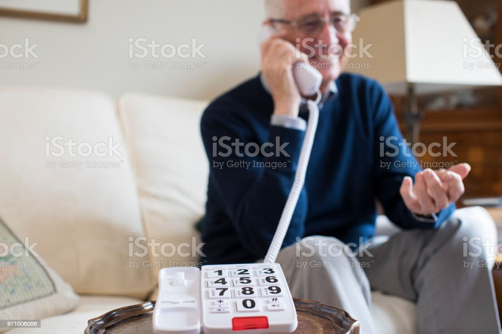 Senior woman über Telefon mit übergroßen Tastatur zu Hause – Foto