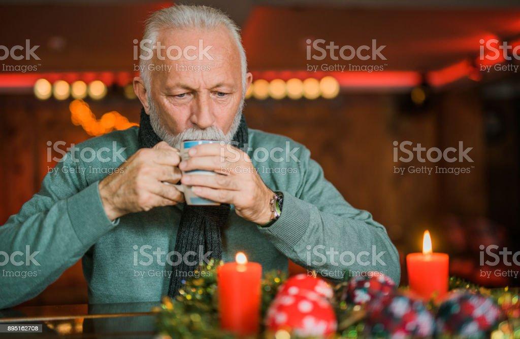 Último homem aquecendo com chá quente. - foto de acervo