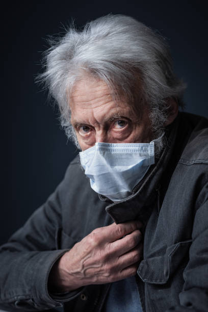 Senior Mann trägt eine schützende Gesichtsmaske – Foto