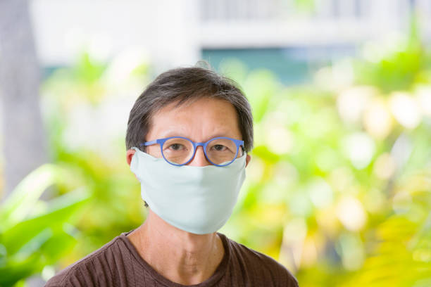 COVID-19 Senior Mann trägt hausgemachte Gesichtsmaske für soziale Entsung – Foto