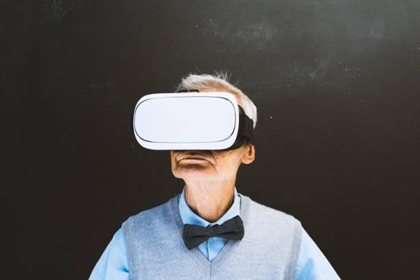 senior mann mit vr-brille vor der tafel - wie lange leben fliegen stock-fotos und bilder