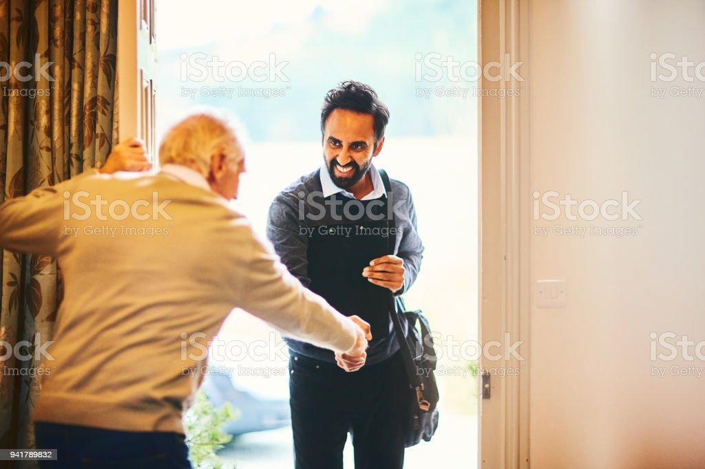 Besuchen Sie Senior woman begrüßen einen Healthcare Arbeiter - Home – Foto