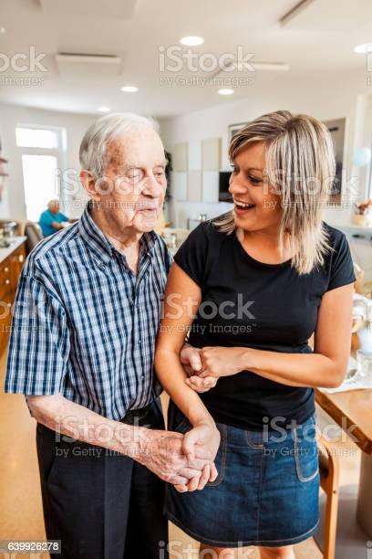 Senior Man With A Caregiver In An Elderly Daycare Center Stockfoto und mehr Bilder von 35-39 Jahre