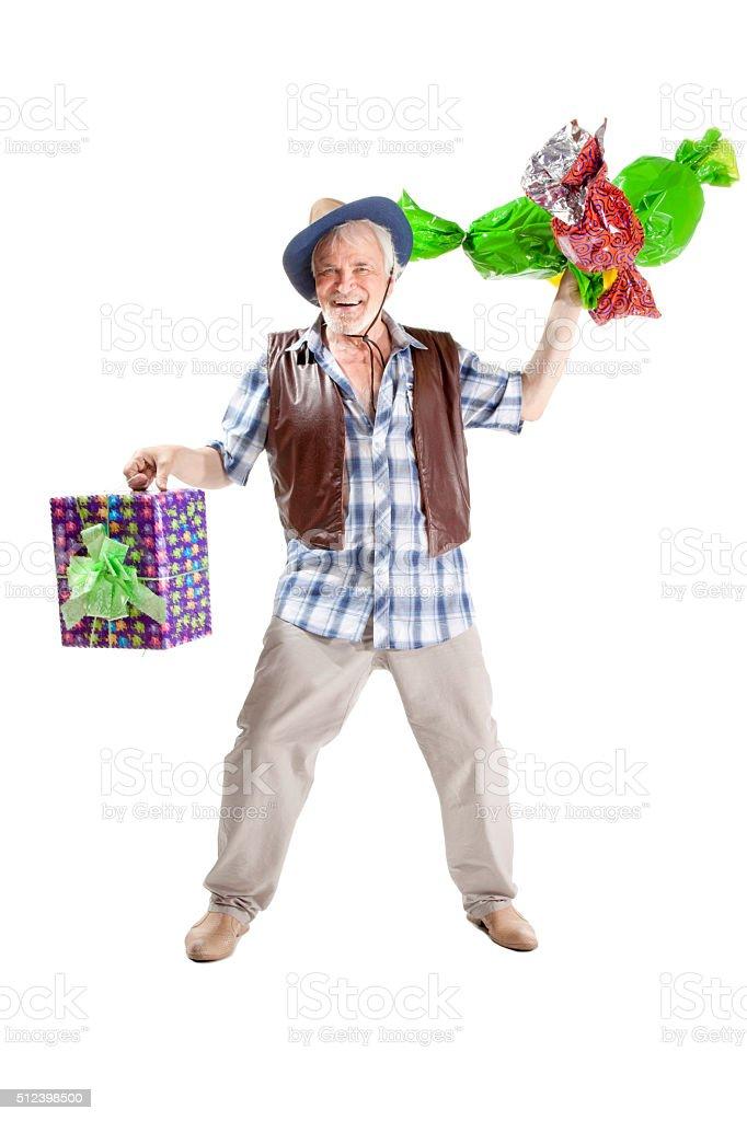 Senior hombre con golosinas y bolsa de regalo - foto de stock