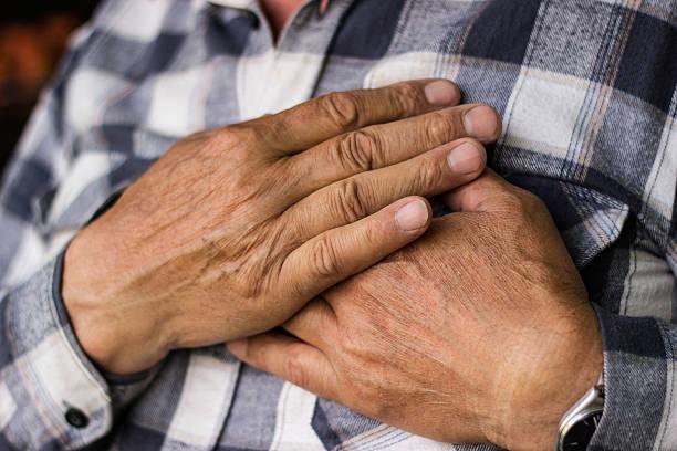 Homem sênior com Dor no peito - foto de acervo