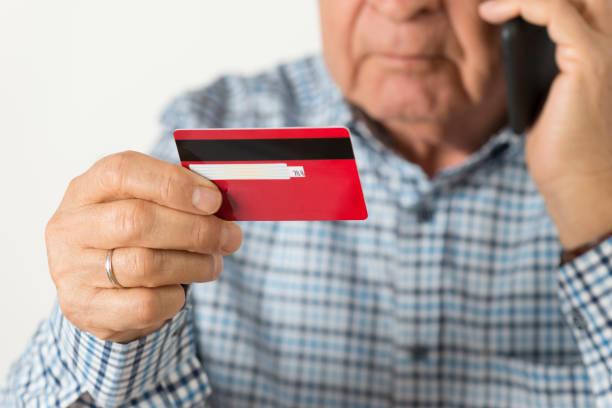 Ältere Mann mit Kreditkarte – Foto