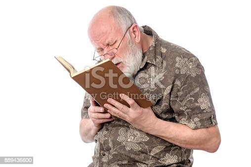 8919a908db istock Hombre tratando de leer el periódico en el parque, vista pobre ...