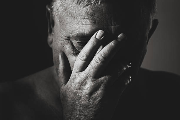 Ältere Mann mit Hand auf Gesicht – Foto