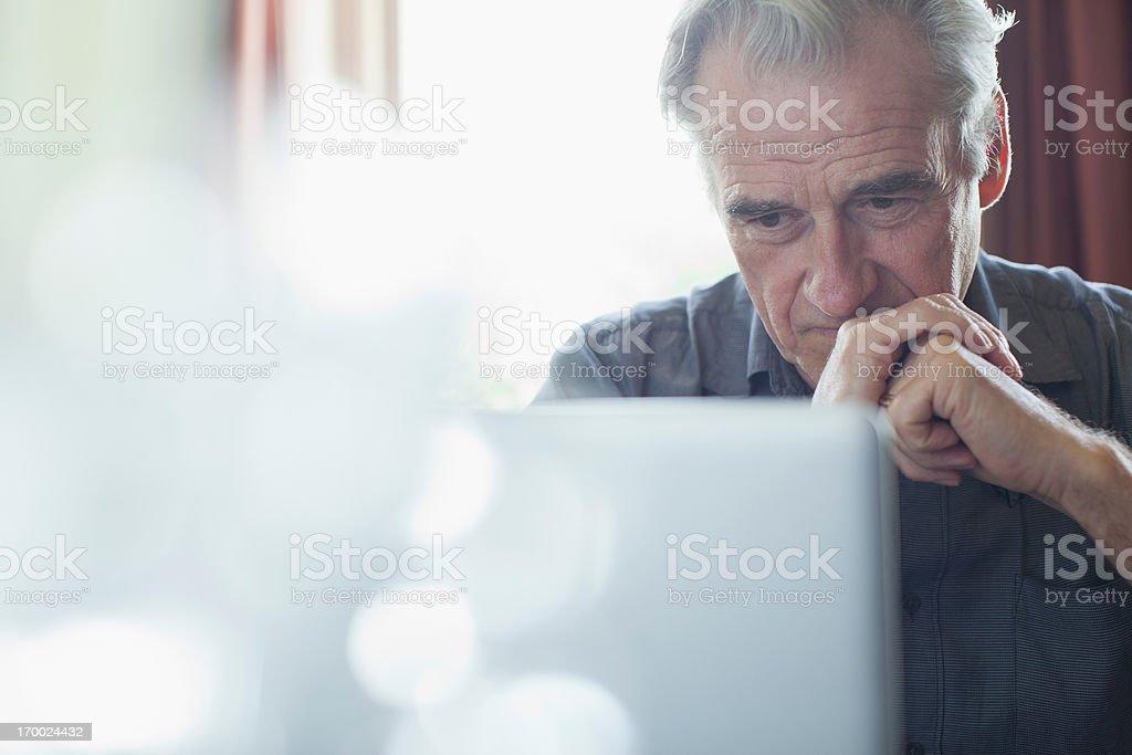 Senior hombre con las manos juntas con capacidad para computadora portátil - foto de stock