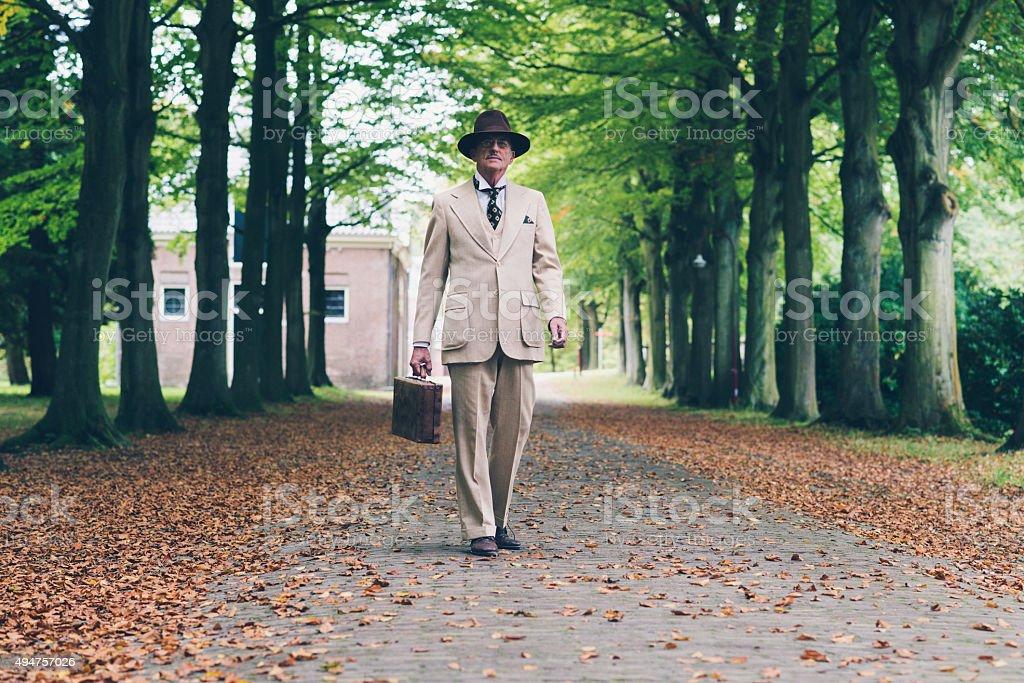 Senior hombre con sombrero y traje Maleta de retención. foto de stock libre  de derechos f04460261a0