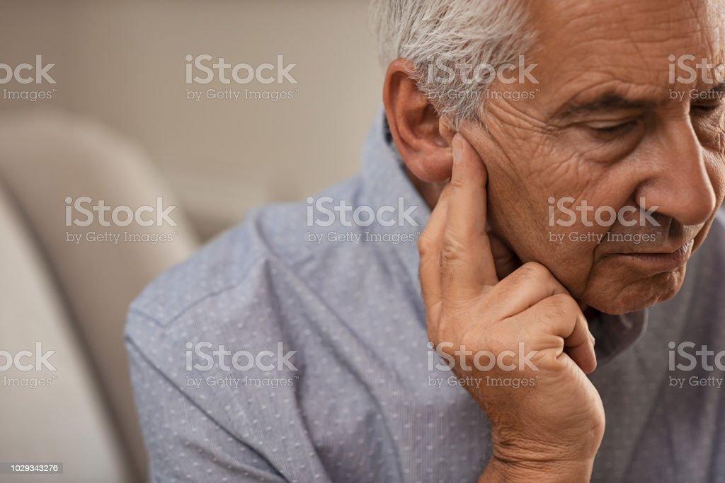 Senior homme avec problèmes auditifs - Photo