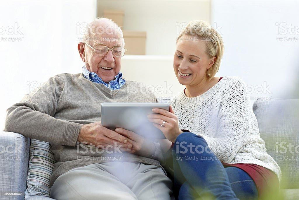Älterer Mann mit seiner Tochter mit digitalen tablet – Foto