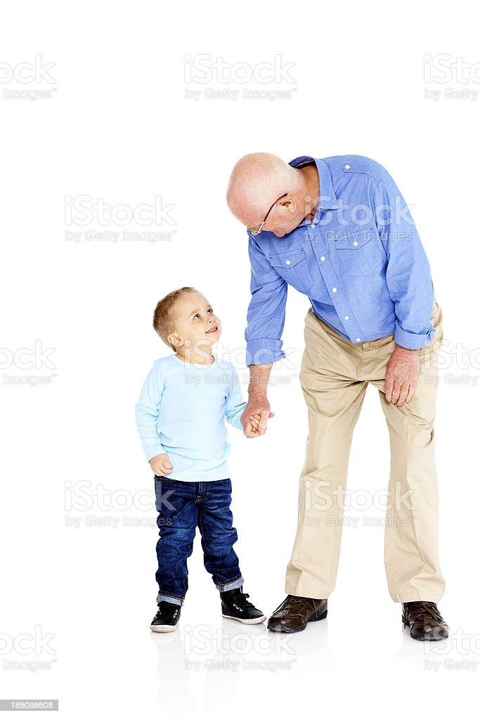 Senior hombre con su nieto sobre fondo blanco - foto de stock