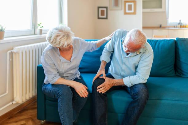 Homme aîné avec l'arthrite de genou - Photo