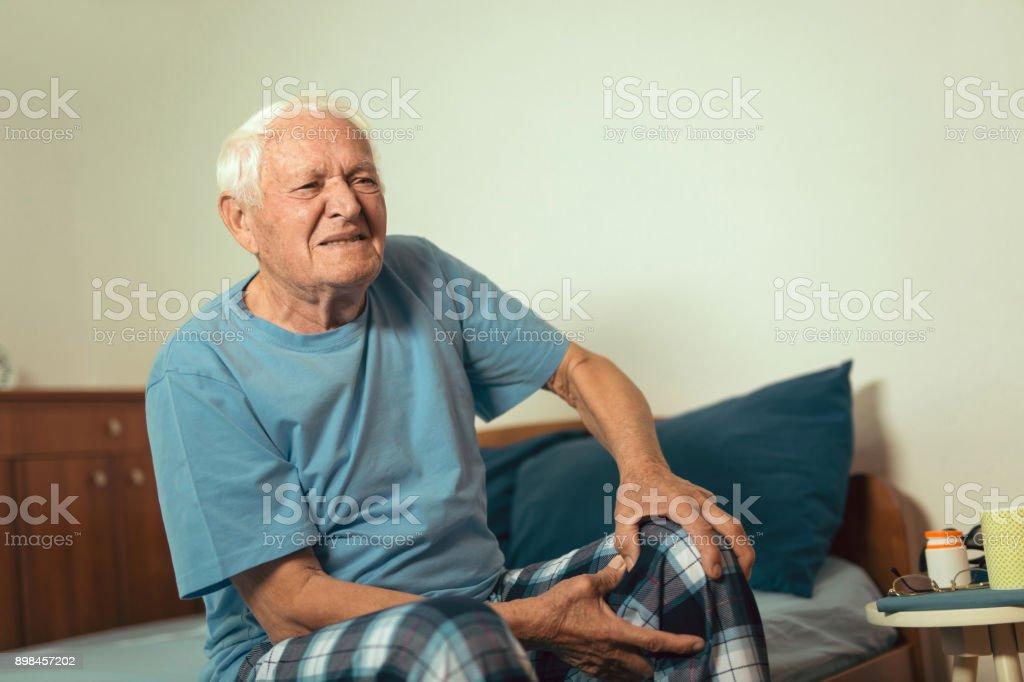 Senior hombre con dolor de la osteoartritis en la rodilla - foto de stock