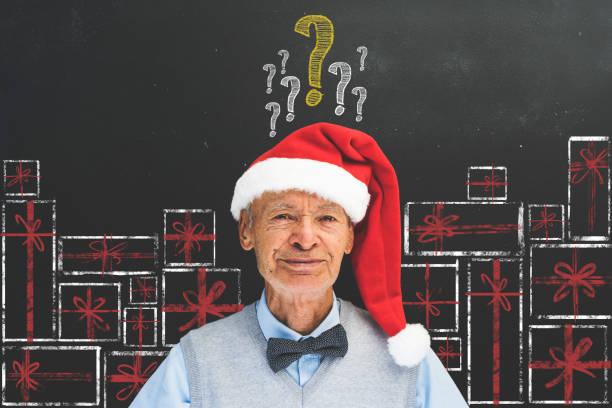 ältere mann mit roter weihnachtsmütze vor tafel - wie lange leben fliegen stock-fotos und bilder