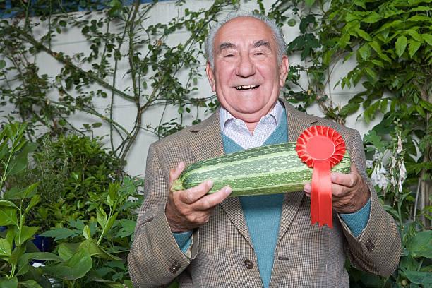 senior man with winning marrow - mergpompoen stockfoto's en -beelden