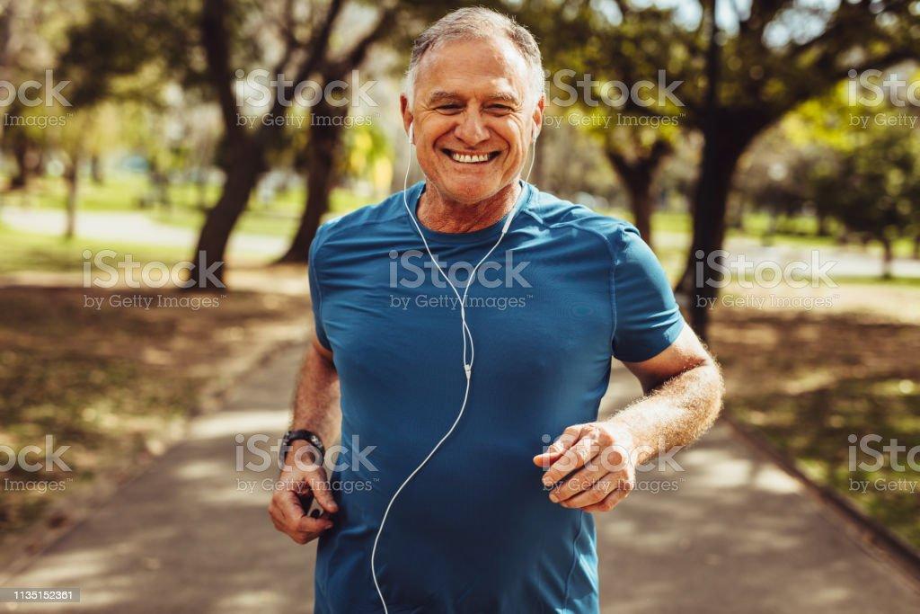 Senior man uit te werken voor een goede gezondheid - Royalty-free Alleen mannen Stockfoto