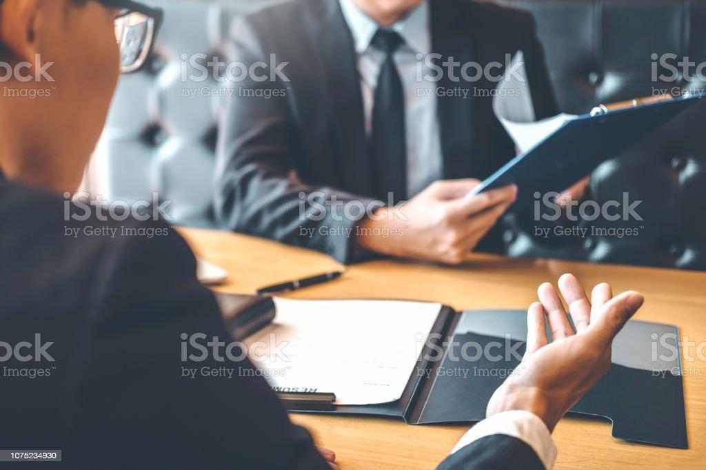 Senior Manager lesen einen Lebenslauf in ein Job Interview Mitarbeiter junger Mann treffen Antragsteller und Recruiting-Konzept – Foto