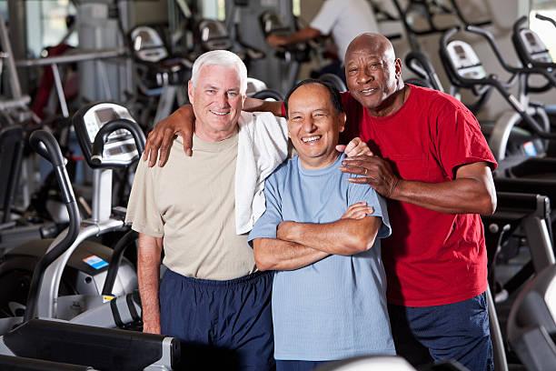 Hombres mayores en el club de salud - foto de stock