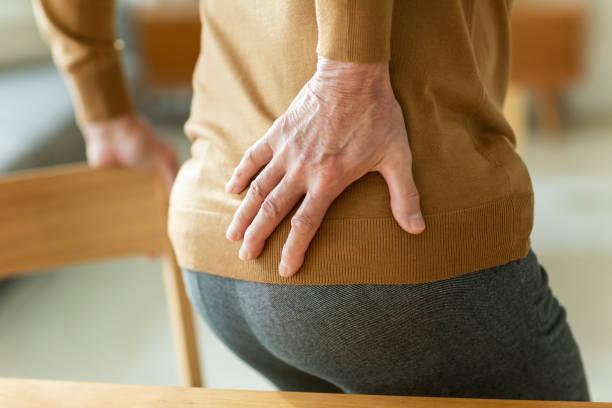 허리 통증의 수석 남자 - 엉덩관절 뉴스 사진 이미지