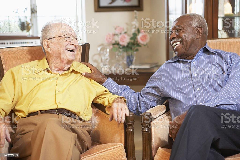 Älterer Mann entspannend auf Sessel – Foto