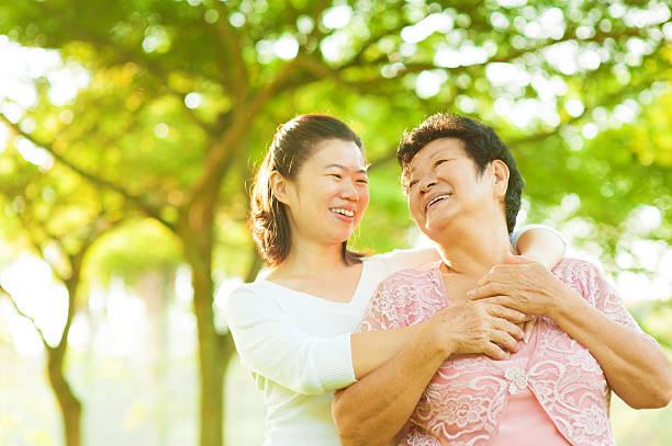 シニア母と娘 - 母娘 笑顔 日本人 ストックフォトと画像