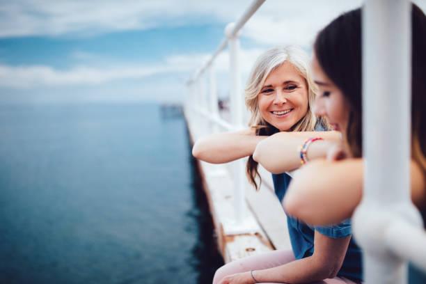 Ältere Mutter und Tochter im Teenageralter entspannende zusammen auf einem pier – Foto