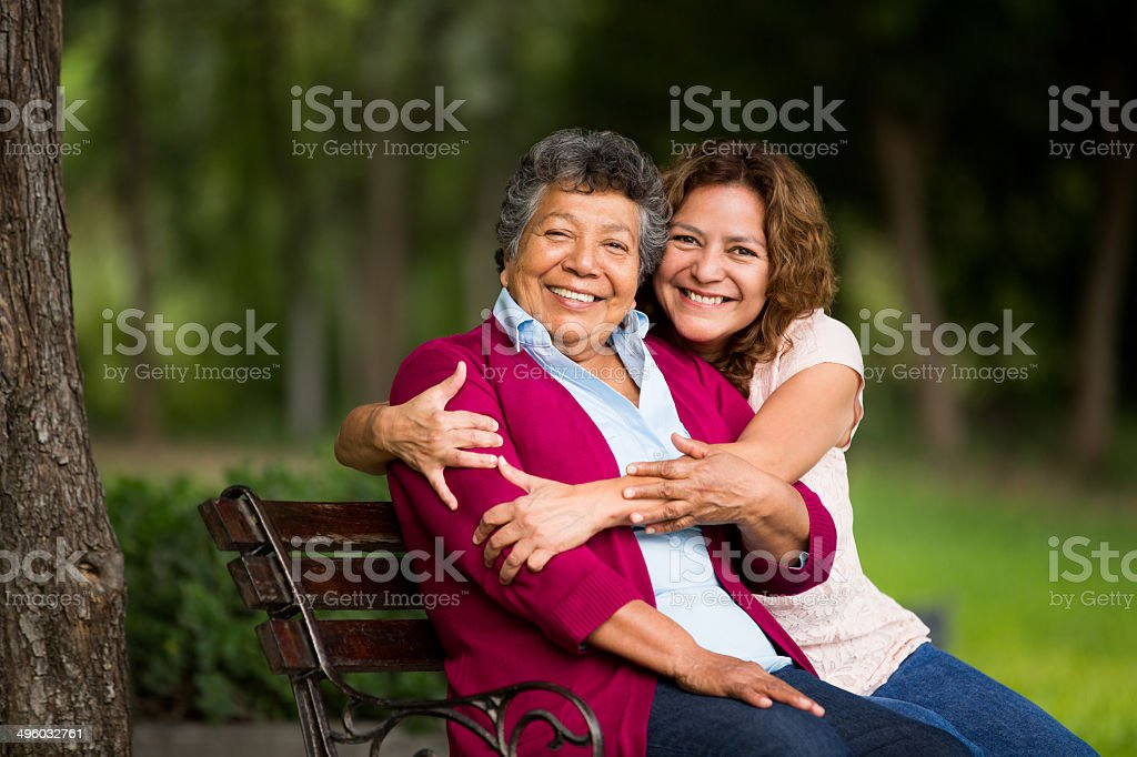 Madre con hija mayor de estar - foto de stock