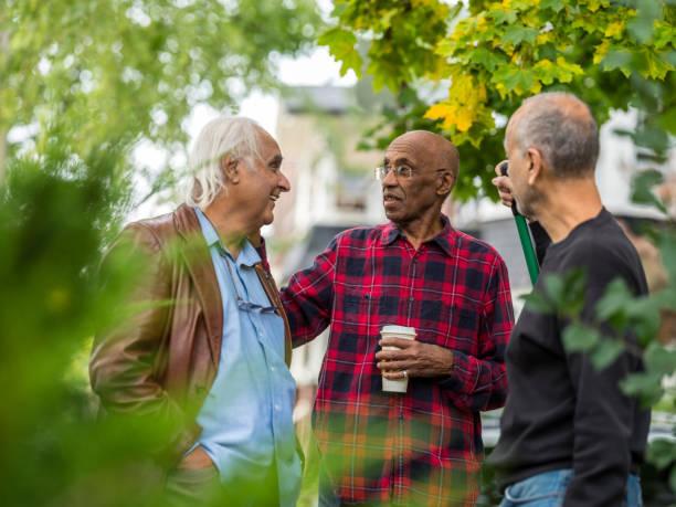 senior neighbors friendly talk - vizinho imagens e fotografias de stock
