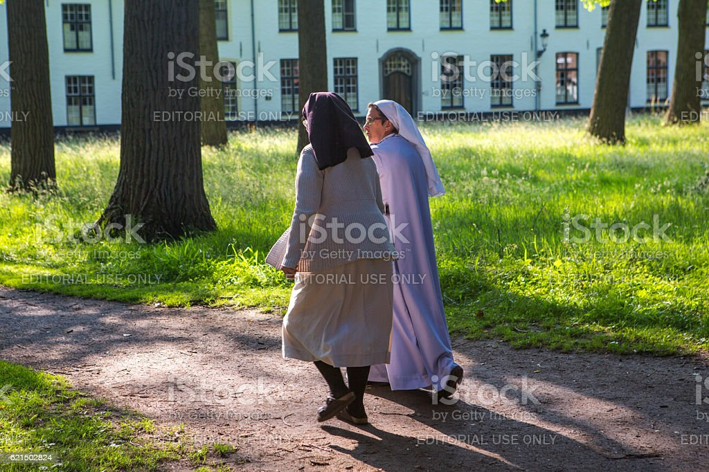 Senior old female nuns walking at street of brugge belgium photo libre de droits