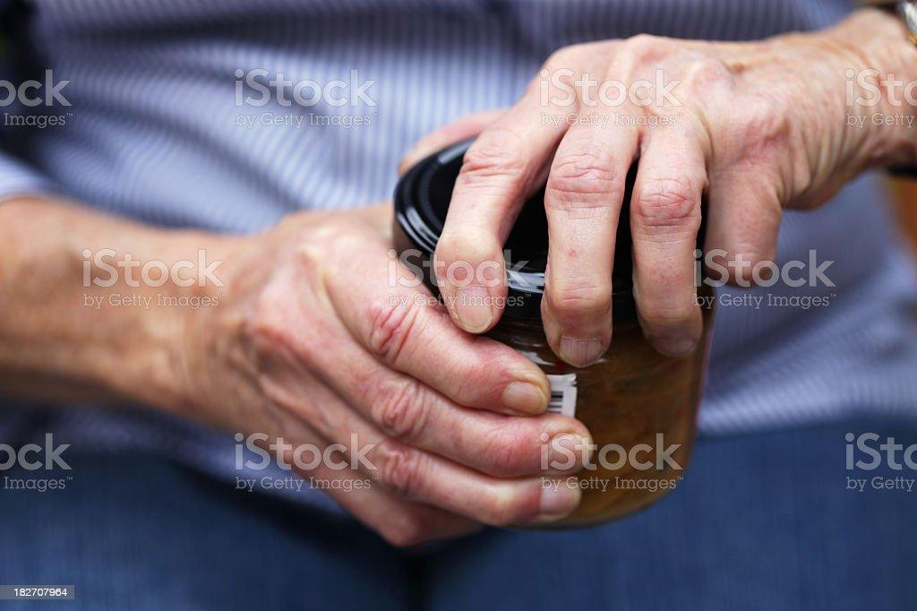 Senior frasco de apertura - foto de stock