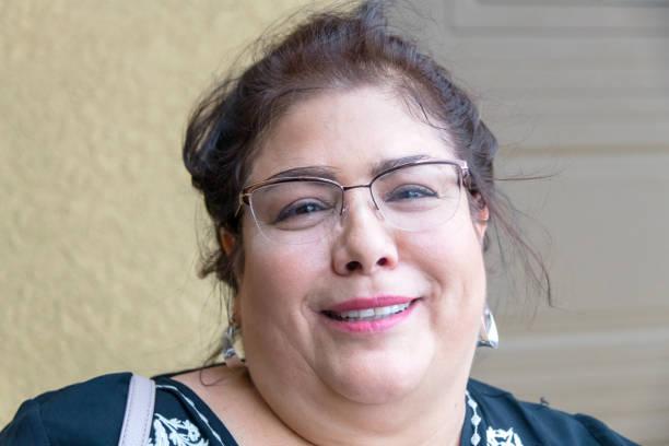senior oder reife hausfrau (echte menschen) - italienischer abstammung stock-fotos und bilder