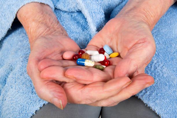 traitement antidouleur senior - médicaments photos et images de collection